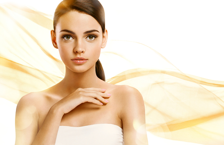 masaje facial: set de fotos de la atractiva chica morena en el fondo naranja ondulado