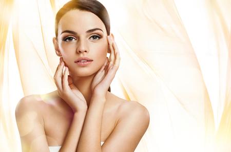 vrouwen: fotoset van aantrekkelijke brunette meisje op golvende oranje achtergrond