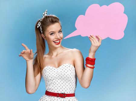 burbuja: Mujer joven asombrosa que muestra la bandera de burbuja de diálogo que parece feliz emocionado