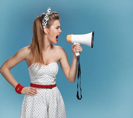 Sexy pin-up meisje met een mondstuk, sprekende trompet. Filmmaking of filmproductie-concept