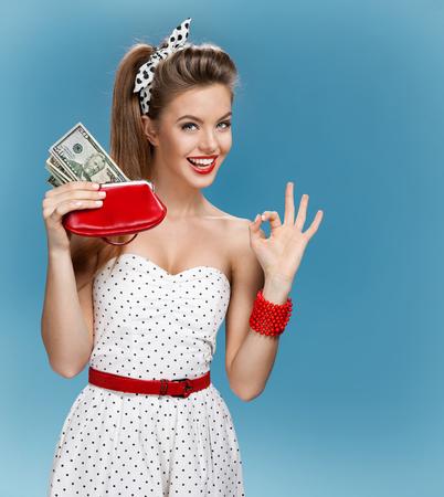 오싹 젊은 아가씨 현금을 들고와 행복 미소. 쇼핑 개념 스톡 콘텐츠