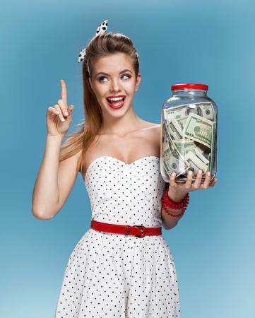 gain money: Retro femme avec un pot d'argent ayant une idée comment dépenser l'argent. Panier notion
