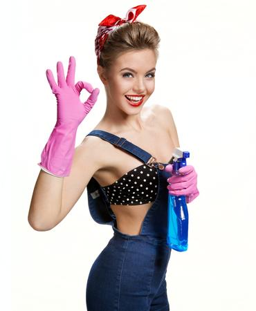 Guanti di protezione pulizia ragazza sexy di gomma rosa da portare in possesso di spruzzo mostrandoci E Archivio Fotografico - 38921666