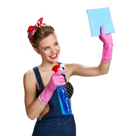celulosa: Personal y bella mujer llevaba guantes de protecci�n de goma de color rosa que sostienen la limpieza botella de spray y esponja de celulosa  joven y bella chica pin-up americano aislado sobre fondo blanco. Concepto de servicio de limpieza
