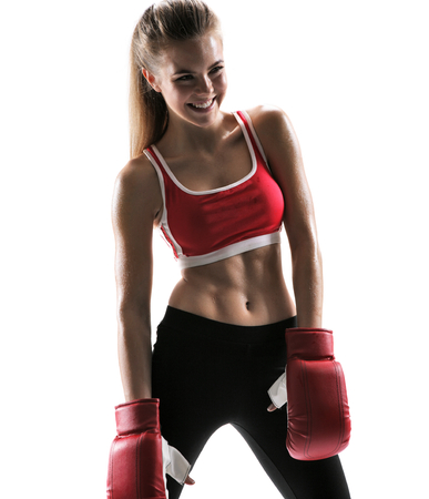 Veselá zpocený Tae Bo instruktor s boxerské rukavice fotografie Sada sportovní svalové žena brunetka na sobě sportovní oblečení na bílém pozadí