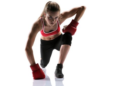 lunges: Mujer bonita que hace estocadas conjunto de fotos de la hembra deportiva musculoso chica morena con ropa deportiva sobre fondo blanco