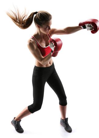 guantes de boxeo: Mujer perforaci�n boxeador con guantes de boxeo conjunto foto de deportivo musculoso chica morena mujer con ropa deportiva sobre fondo blanco