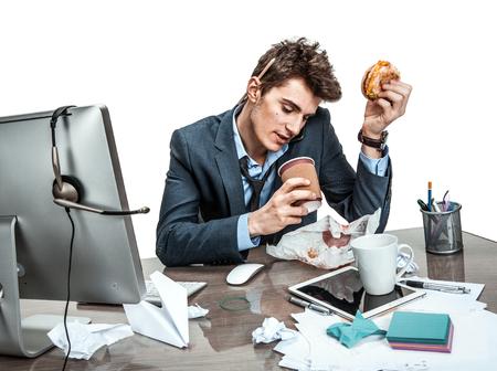 perezoso: El café y la conversación: Al hablar intensamente en un gestor de teléfono que se sienta con un hombre moderno oficina vaso en el lugar de trabajo la pereza y la holgazanería concepto Foto de archivo