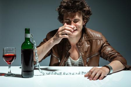 borracho: Alcoh�licas hombre borracho bebiendo vino, sentirse deprimido, caer en la adicci�n de un problema de los j�venes adictos al alcohol, el concepto de alcoholismo, problema social Foto de archivo