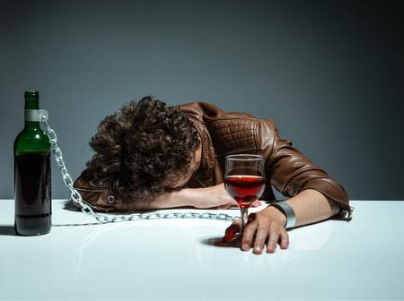 アルコール中毒アルコール、アルコール依存症の概念、社会問題に若者の写真から渡される若い男