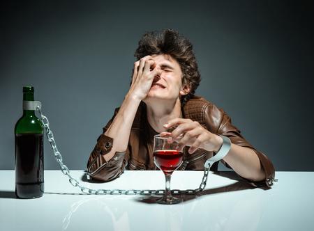 tomando alcohol: Alcohólica bebido photo hombre de los jóvenes adictos al alcohol, el concepto de alcoholismo, problema social