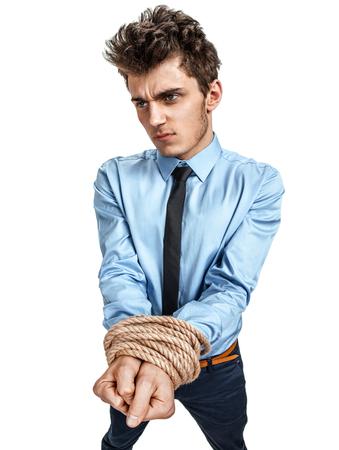 gefesselt: Man Hände gebunden zusammen mit Seil, moderne Sklaverei Konzept Fotos von jungen Mann mit Hemd und Krawatte auf weißem Hintergrund