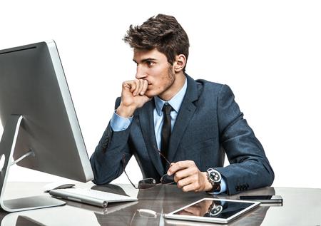 confundido: empresario infeliz insatisfecho con su ganancia, ingresos, ganancias, ganancia, beneficio, negocios moderno margen en el lugar de trabajo de trabajo con ordenador, la depresión y el concepto de la crisis