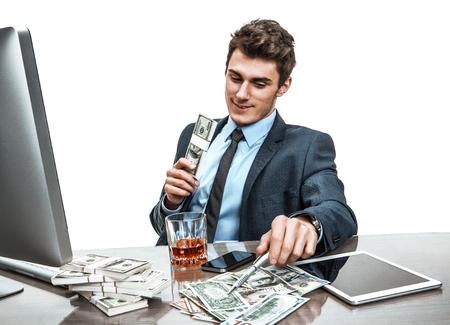 tomando alcohol: Encargado superior celebrando con una copa de whisky, se relaja en vacaciones de foto época del hombre de negocios adicto al alcohol en el lugar de trabajo