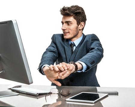 empleado de oficina: trabajador de la Oficina de estiramiento en el escritorio de negocios moderno en el lugar de trabajo de trabajo con ordenador Foto de archivo