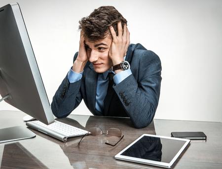 decepcionado: Empresario satisfecho con sus ingresos, ganancias, ingresos, ganancias, beneficios, negocios moderno margen en el lugar de trabajo de trabajo con ordenador, la depresión y el concepto de crisis