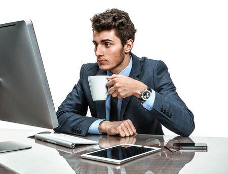 oficinista: Oficinista joven que tiene un tiempo de café en la oficina sentado en las fotos de la tabla de negocios moderno en el lugar de trabajo Foto de archivo