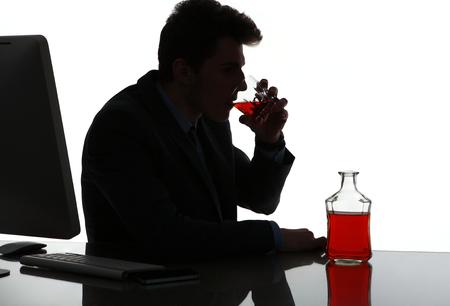 tomando alcohol: Silueta del hombre borracho alcohólica beber whisky foto de hombre de negocios adicto al alcohol en el concepto de lugar de trabajo, la depresión y la crisis