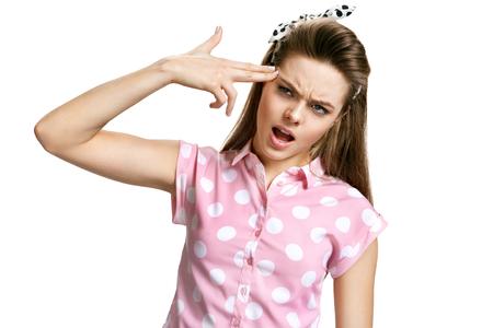 Retrato de Headshot de la muchacha suicidarse tocar su templo con gesto del arma dedo. Las emociones humanas se enfrentan a expresiones foto de la mujer morena joven sobre fondo blanco, las emociones negativas