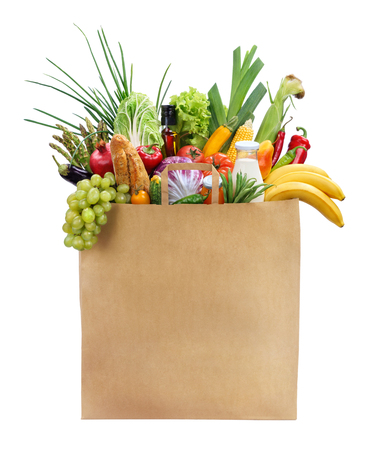 Best Foods For Women studiofotografie van bruine boodschappentas met fruit, groenten, brood, flessen drank - die over een witte achtergrond