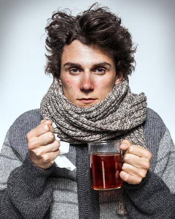 Man Koude Ziek jonge man met rode neus, sjaal, niezen in zakdoek. Medicijnen of drugs misbruik, gezondheidszorg concept