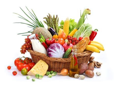 Gran variedad de alimentos estudio de fotografía de cesta de mimbre con los bienes en el fondo blanco aislado Foto de archivo