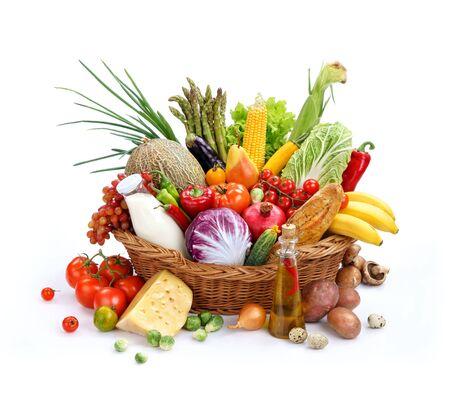 Grand panier en osier avec des produits biologiques photographie de studio de panier avec les aliments - sur fond blanc. Produit de haute résolution