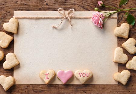 love letter: Las galletas en forma de corazón para el día de San Valentín en el fondo de madera.