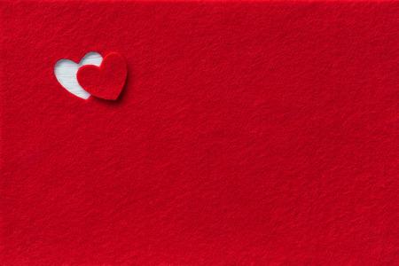 Filz Hintergrund für das Design zu den Valentinstag. Dekoratives Herz aus rotem Filz Standard-Bild - 51529324