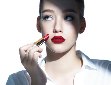 mooie vrouwen: Beauty fashion model meisje die rode lippenstift foto samenstelling van brunette meisje - geïsoleerd op een witte achtergrond Stockfoto