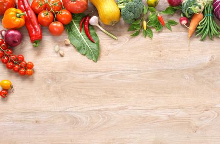 生態学的な野菜は背景高解像度製品、木製のテーブルにさまざまな野菜のスタジオ写真です。領域をコピーします。