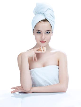 완벽한 메이크업 매력적인 젊은 여자, 스킨 케어 개념, 소녀의 사진 - 흰색 배경에 고립