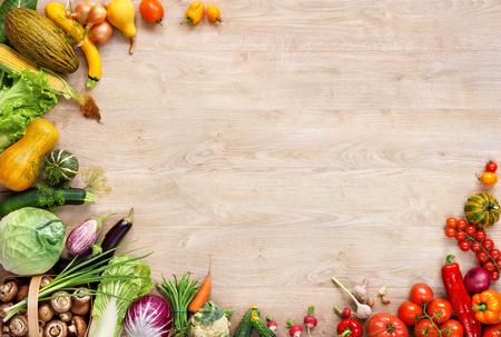 건강한 먹는 배경, 나무 테이블에 다른 과일과 채소의 스튜디오 사진
