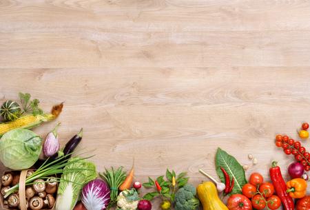 Concept de cuisine végétarienne créative à la maison avec des légumes frais et hachés, salades et ustensiles de cuisine en bois, vue de dessus avec espace copie. produit haute résolution.