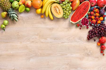 건강한 과일 배경, 나무 테이블에 다른 과일의 스튜디오 사진 스톡 콘텐츠