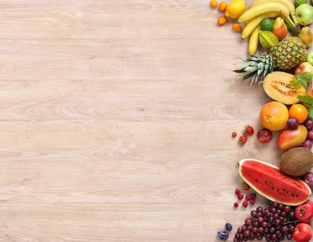 健康食品背景、木製のテーブルにスタジオ写真だけ果物