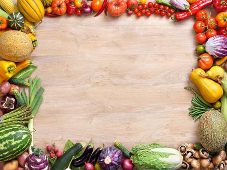 Mangiare sano sfondo, fotografia in studio di frutta e verdura sul tavolo in legno