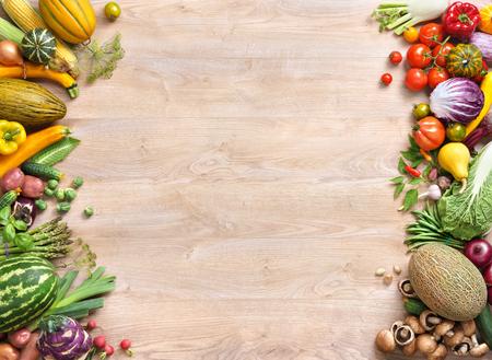 Fondo de la comida sana, el estudio fotográfico de diferentes frutas y verduras en la mesa de madera vieja