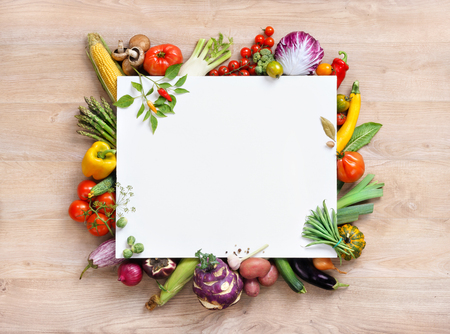 Gezonde voedsel achtergrond en kopieer ruimte, studio fotografie van open lege ring gebonden notitieboekje omringd door een verse groenten en potlood op oude houten tafel Stockfoto