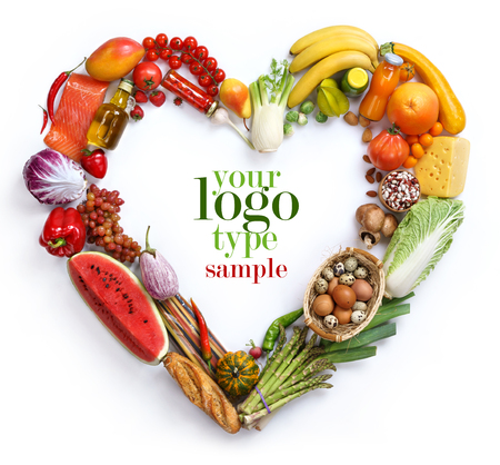 Símbolo del corazón, estudio de fotografía de corazón a partir de diferentes frutas y verduras - en el fondo blanco