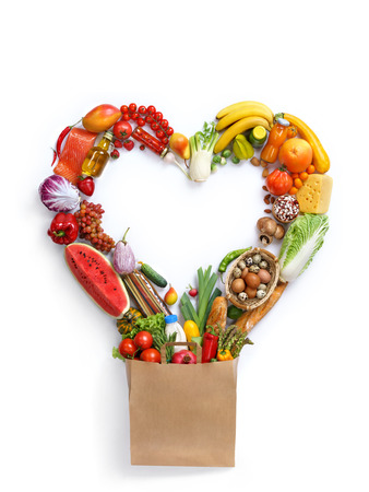 심장 기호, 흰색 배경에 다른 과일과 야채 - 만든 심장의 스튜디오 사진. 건강 식품 배경, 상위 뷰입니다. 고해상도 제품,