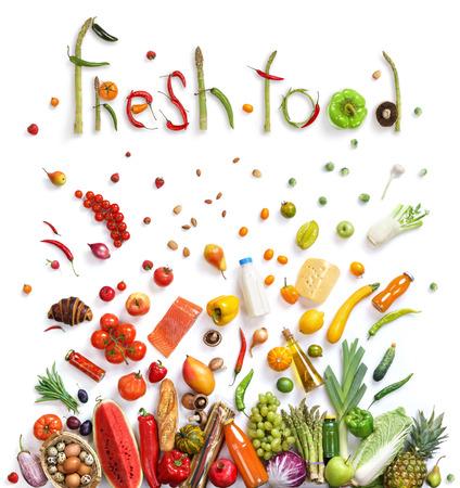 Gesunde Ernährung Hintergrund, Studiofotografie von verschiedenen Früchten und Gemüse auf weißem Hintergrund. Gesunde Lebensmittel Hintergrund, Ansicht von oben. Hochauflösende Produkt,