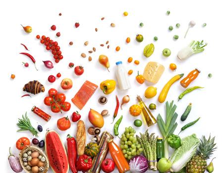 essen: Gesunde Ernährung Hintergrund, Studiofotografie von verschiedenen Früchten und Gemüse auf weißem Hintergrund. Gesunde Lebensmittel Hintergrund, Ansicht von oben. Hochauflösende Produkt,