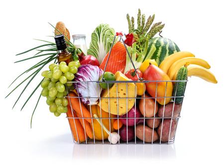 Marktkorb, Studiofotografie aus Stahldraht Supermarkt-Einkaufswagen Korb mit Lebensmitteln - auf weißem Hintergrund