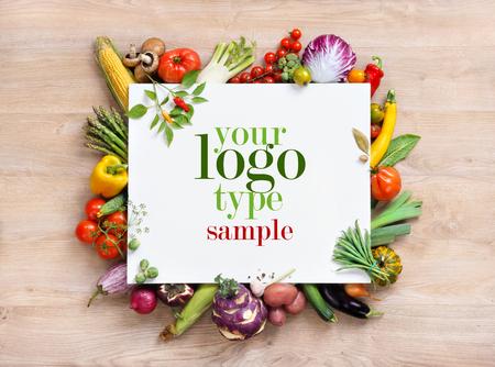Fond sain alimentaire et de l'espace copie, la photographie de studio de papier blanc entouré de légumes frais sur la vieille table en bois. fond alimentaire sain, vue de dessus. Produit de haute résolution, Banque d'images - 52848992