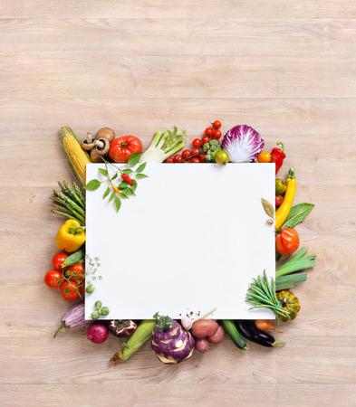 fond sain alimentaire et de l'espace copie, la photographie de studio de papier blanc entouré de légumes frais sur la vieille table en bois. fond alimentaire sain, vue de dessus. Produit de haute résolution,