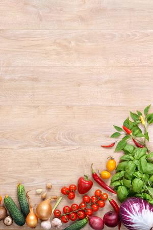 légumes et fruits sur la table en bois sains et frais. Vue de dessus avec des produits à haute résolution copie espace, photographie de studio de différents légumes sur vieille table en bois.