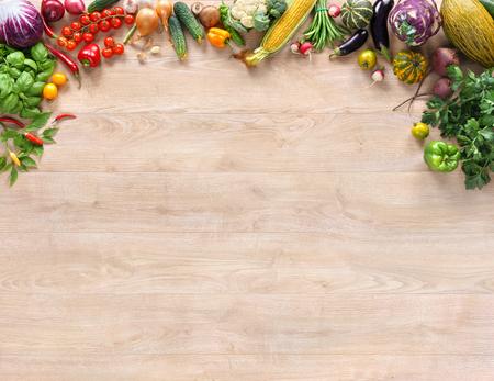 健康、新鮮な野菜や木製のテーブルに果物。コピー スペース高解像度製品、古い木製のテーブルにさまざまな野菜のスタジオ写真と平面図です。