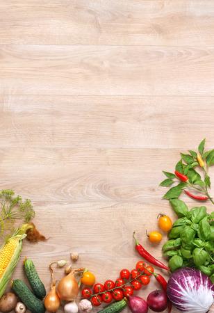 trompo de madera: La comida sana en la mesa de madera. Vista superior con el espacio de la copia del producto de alta resolución, fotografía de estudio de diferentes verduras en tabla de madera. Foto de archivo