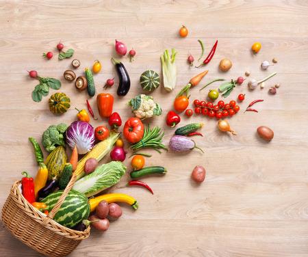 comida: Fundo saudável alimentos. fotografia de estúdio de diferentes frutas e vegetais na tabela de madeira